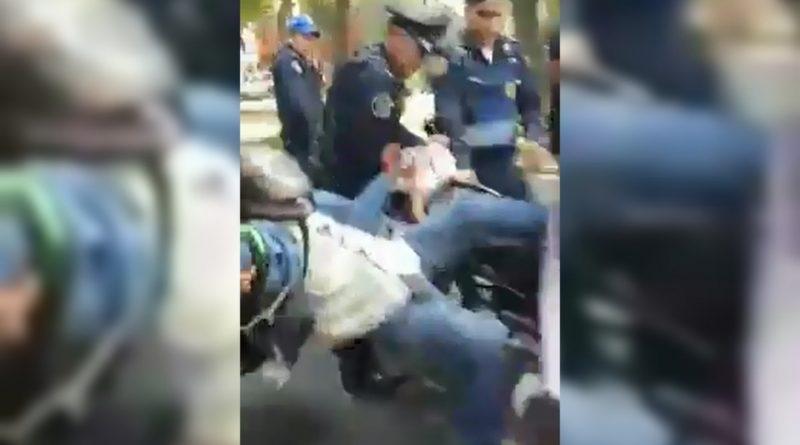 Policías agreden a repartidor por no bajarse de su moto